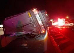 Autocamion răsturnat pe autostrada A1. Șoferul a murit
