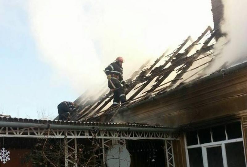 Incendiu puternit la o casă din Arad (FOTO)