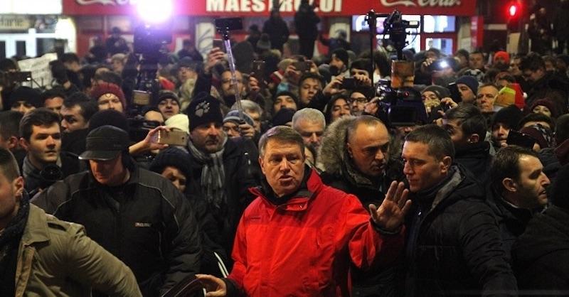 Zeci de mii de oameni în stradă în toate oraşele României! Preşedintele Iohannis alături de 20.000 de Bucureşteni protestează în stradă  împotriva ordonaţei de graţiere!