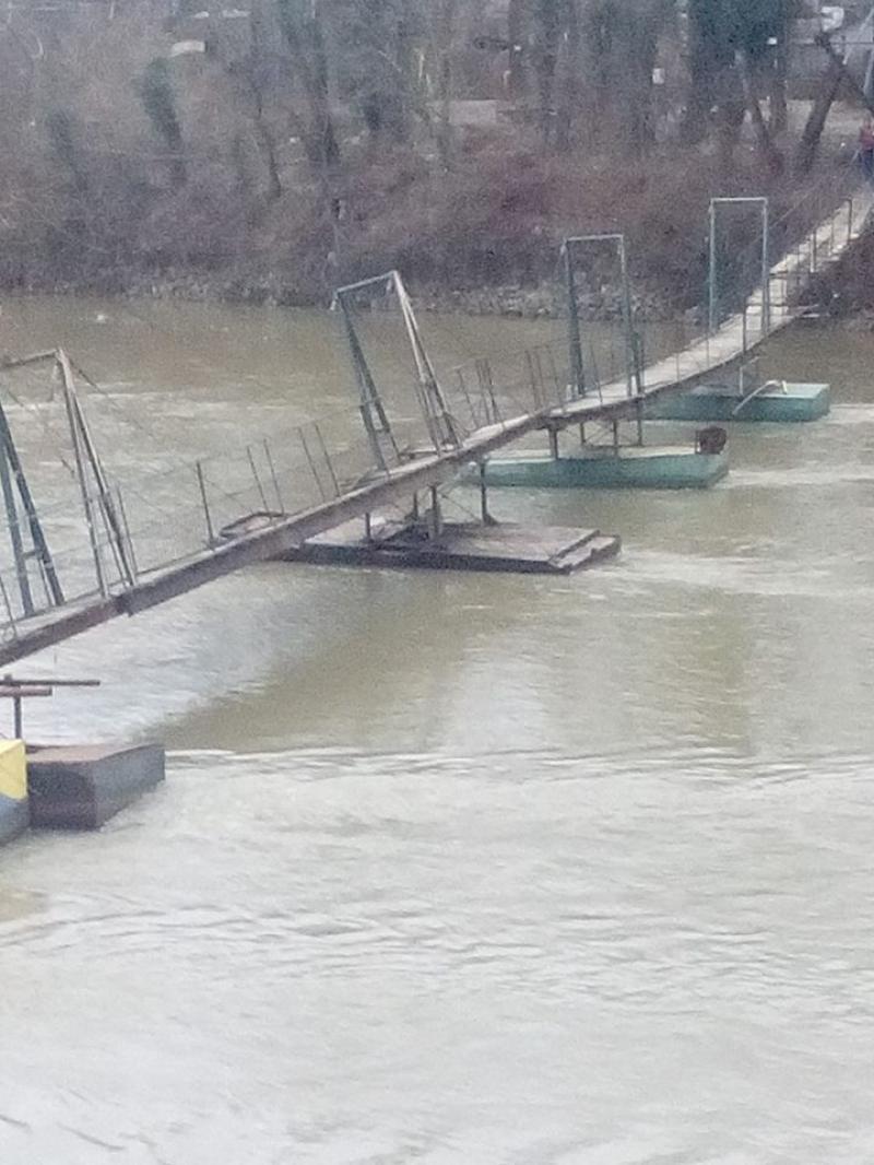 """""""Insularii"""" cer primăriei rezolvarea podului de pontoane"""