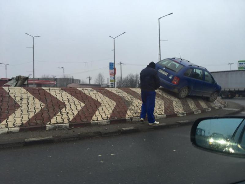 """""""Intraţi în sensul giratoriu"""" i-a spus GPS-ul şi şoferului unui autoturism Skoda"""