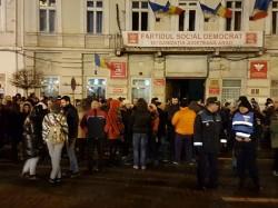 Revoltă în faţa sediului PSD Arad în mijlocul nopţii (Foto/Video)