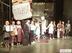 """Gest superb de solidaritate al actorilor Teatrului Clasic """"Ioan Slavici"""" din Arad la sfârşitul spectacolului de sâmbată seara: #REZIST!  (FOTO)"""
