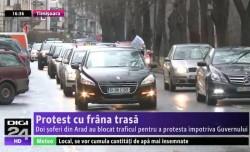 """Protest inedit a doi arădeni împotriva guvernului: """"Cu frâna de mâna trasă"""" (VIDEO)"""
