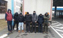 6 bărbaţi prinşi de poliţiştii de frontieră Nădlac ascunşi într-un automarfar