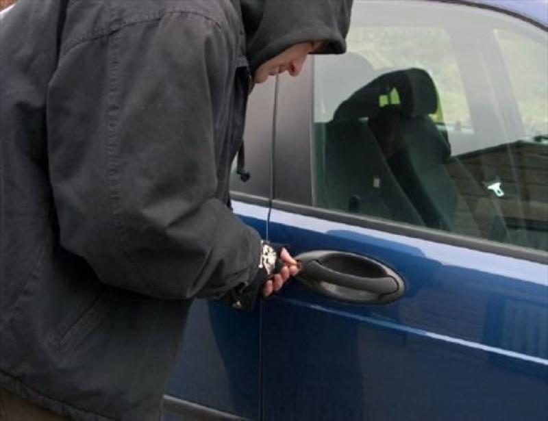 Autorii unui furt de autoturism din Timișoara prinși de jandarmi în Arad
