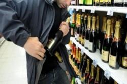 A furat alcool de aproape 1.000 de lei dintr-un supermarket