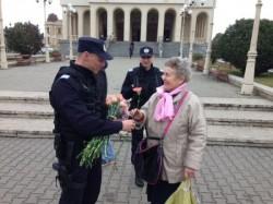 Doamne și domnișoare ,,sancționate'' de jandarmi cu câte o floare ( Galerie FOTO )