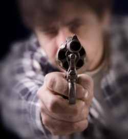 Dintr-o glumă, un arădean a ajuns împuşcat…în fund