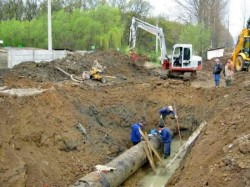 Continuă lucrările de extindere reţele de apă şi reţele de canalizare în oraşul Ineu