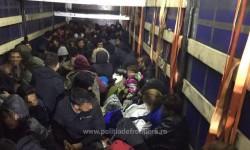 Surpriză enormă pentru poliţiştii de frontieră de la Nădlac! Nu mai puţin de 111 de migranţi găşiţi ascunşi într-un automarfar!