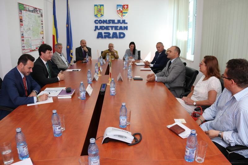 Conducerea administrativă a Aradului s-a consultat cu investitorii italieni despre priorităţile judeţului şi ale municipiului