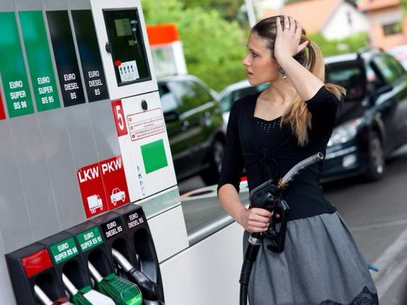 """""""Vrem să facem atât de scumpă benzina încât lumea să cumpere mai puţin"""" este declaraţia şocanţă a preşedintelui Consiliului Concurenţei"""