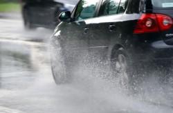 Conduceţi prudent pe timp de ploaie!