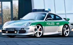 Au furat maşina Poliţiei cu tot cu poliţist!