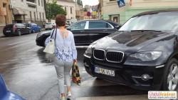 PRIVIȚI cât tupeu are acest șofer sau șoferiță, care a parcat pe trecerea de pietoni !
