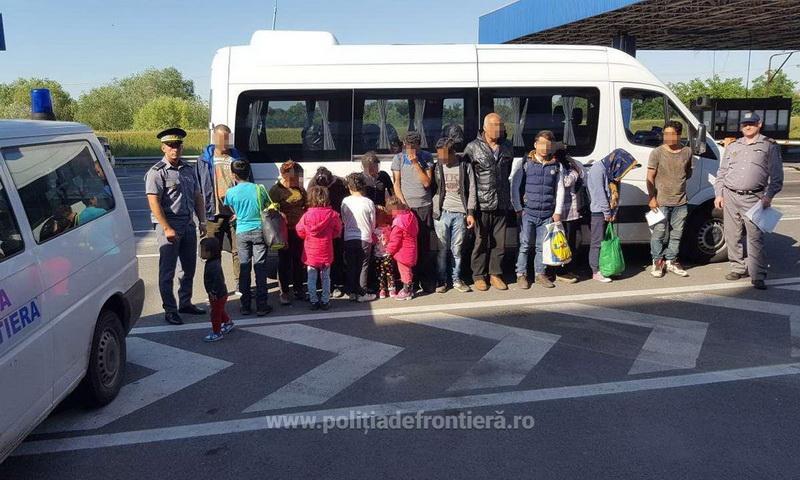 Şaptesprezece cetățeni străini, depistaţi într-un lan de porumb, lângă frontiera cu Ungaria