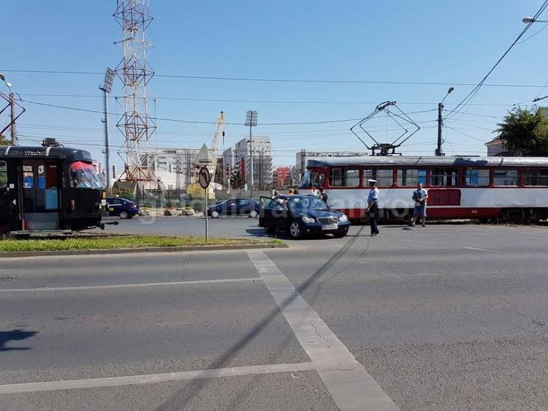 Accident în zona stadionul UTA, circulaţia tramvaielor oprită (FOTO)