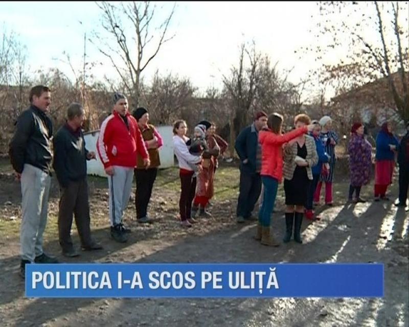 Politica i-a scos în stradă. Viceprimarul comunei Păuliş îşi ţine audienţele în stradă după ce a fost dat afară din Primărie
