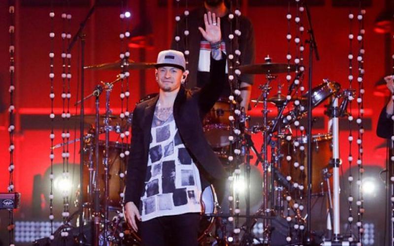 DOLIU în lumea muzicii! Chester Bennington, liderul trupei Linkin Park, s-a sinucis. Detalii ULUITOARE din ultimele clipe de viaţă ale artistului!