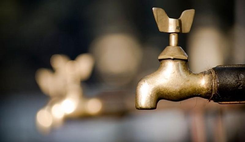 Locuitorii comunei Şiria rămân fără apă potabilă. Află care este motivul