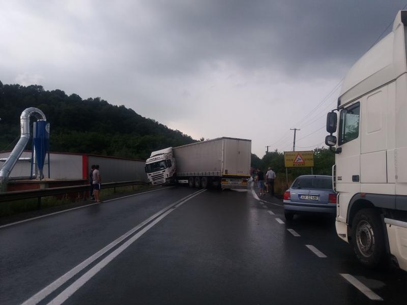 Camion  derapat pe DN7 în apropierea localităţii Căpruţa