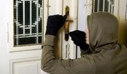 Spărgător de locuinţe, prins în flagrant de poliţiştii din Arad