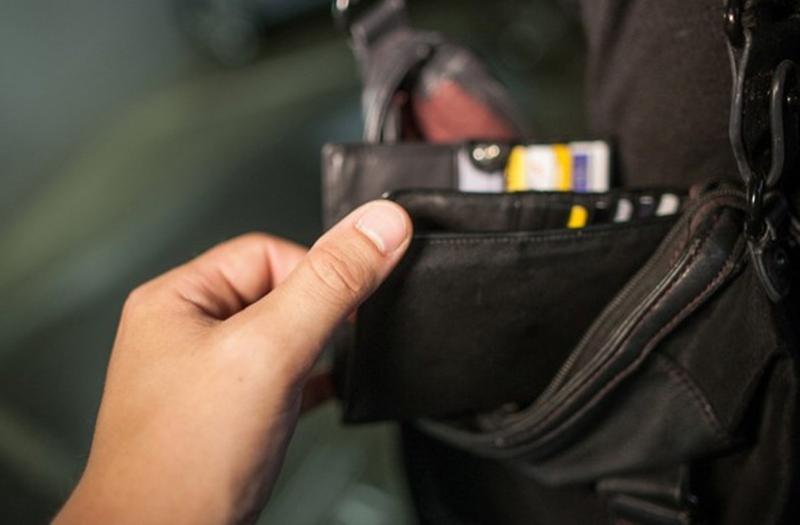 Hoţ de portofele prins în flagrant de poliţiştii din Arad