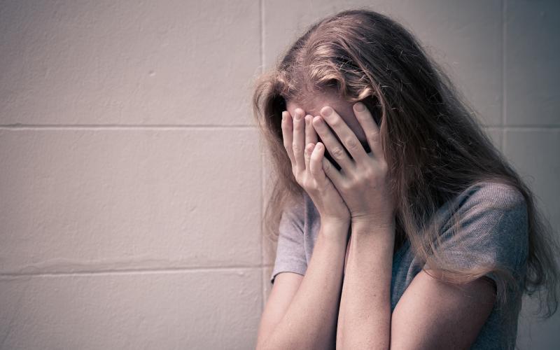 ATENȚIE părinți ! O fată de 12 ani sedusă pe Facebook de un tânăr de 27 de ani ! INCREDIBIL ce a pus-o să facă bărbatul !