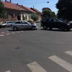 Accident pe Mărășești! Șoferul rănit ușor