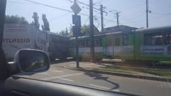 Autocar lovit de tramvai în stația din Confecții !