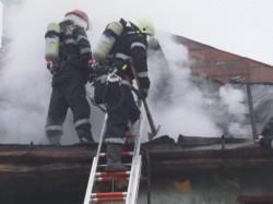 Incendiu devastator la o casă din municipiul Arad! Un bărbat a murit în urma arsurilor, altul este internat în spital!