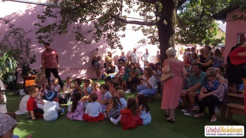 Lacrimi de emoții, bucurie, culoare, în curtea Grădiniței Bambi din Arad, la festivitatea de deschidere a noului an școlar !