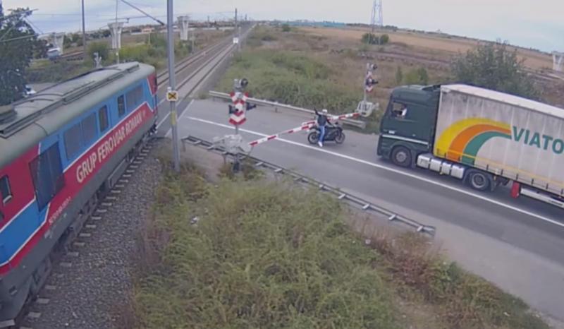 Motociclistul teribilist, amendat cu 3400 lei şi lăsat fără permis de conducere de poliţiştii arădeni, după ce a trecut prin faţa trenului!