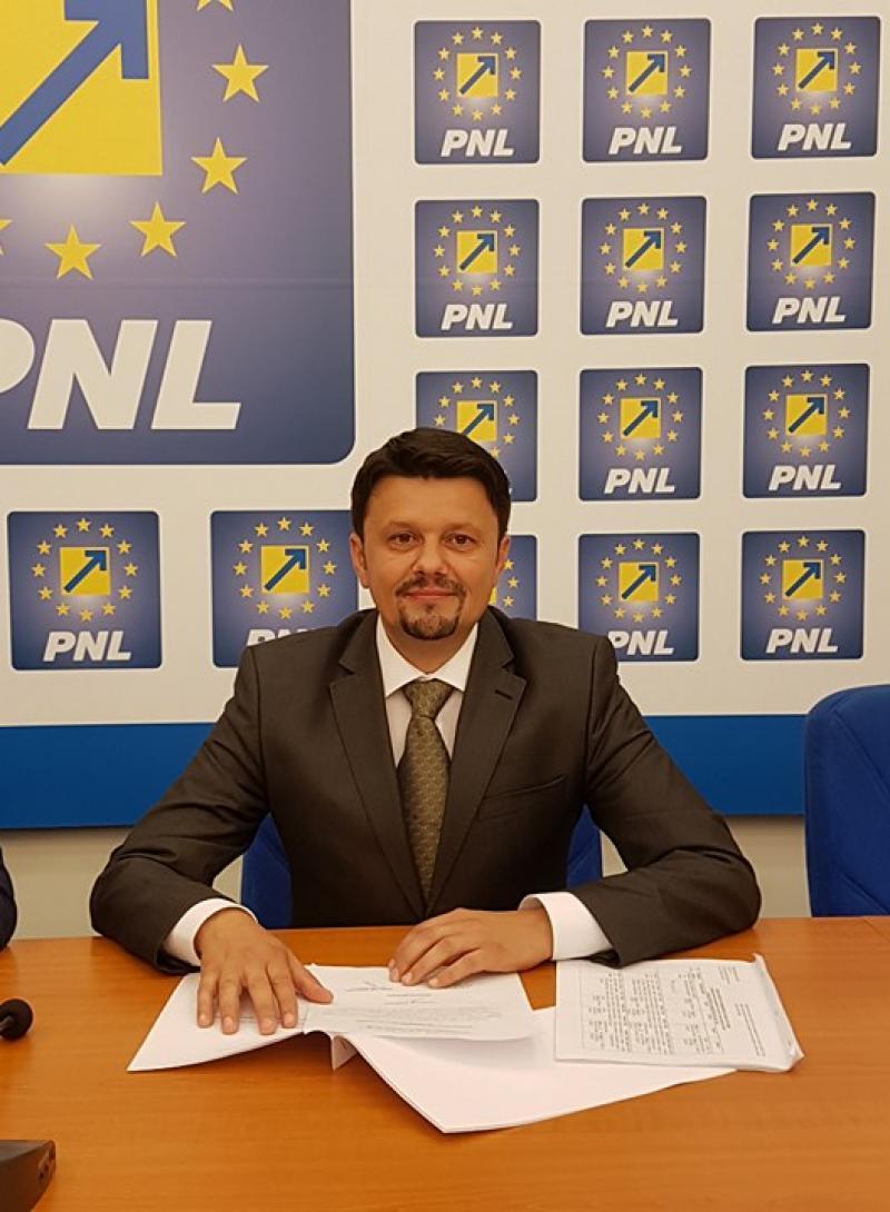 """Ionel Bulbuc: """"Cum distruge Stoenescu învățământul arădean! Demisia, Stoenescu, Demisia!"""""""
