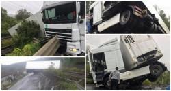 [UPDATE FOTO] Un TIR plin de carne s-a oprit pe calea ferată după ce a ieşit în decor în zona localităţii Bătuţa