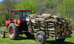 Prins cu ....lemnul în tractor  !