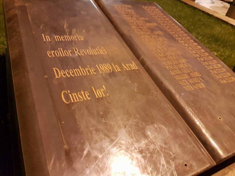 În Arad se fură tot! Monumentul Eroilor Revoluţiei din 1989, lăsat fără ornamentele metalice!