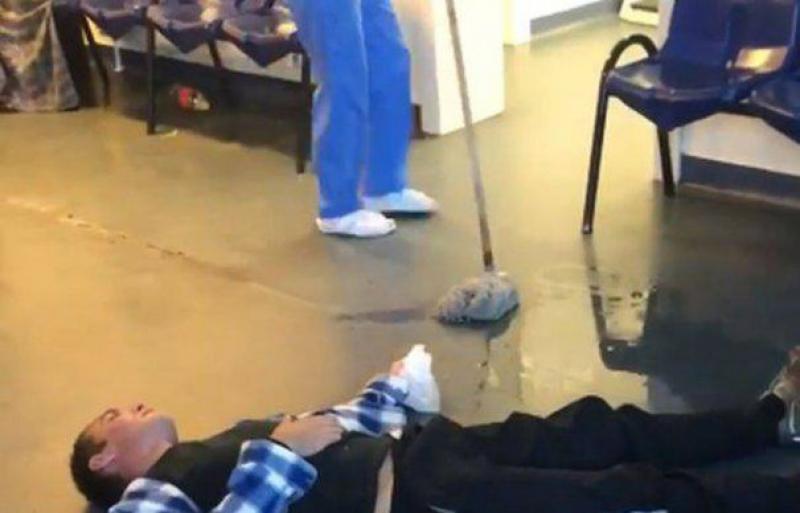 Se întâmplă într-un spital din România!  O infirmieră şterge cu mopul pe lângă un bărbat căzut pe podea!