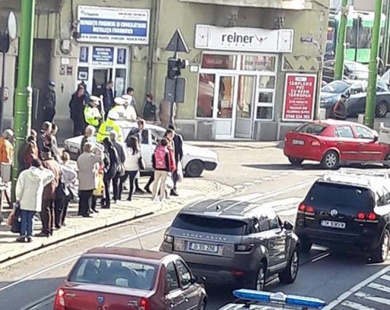 Un bătrân care traversa neregulamentar, luat pe capota maşinii, în zona Boul Roşu