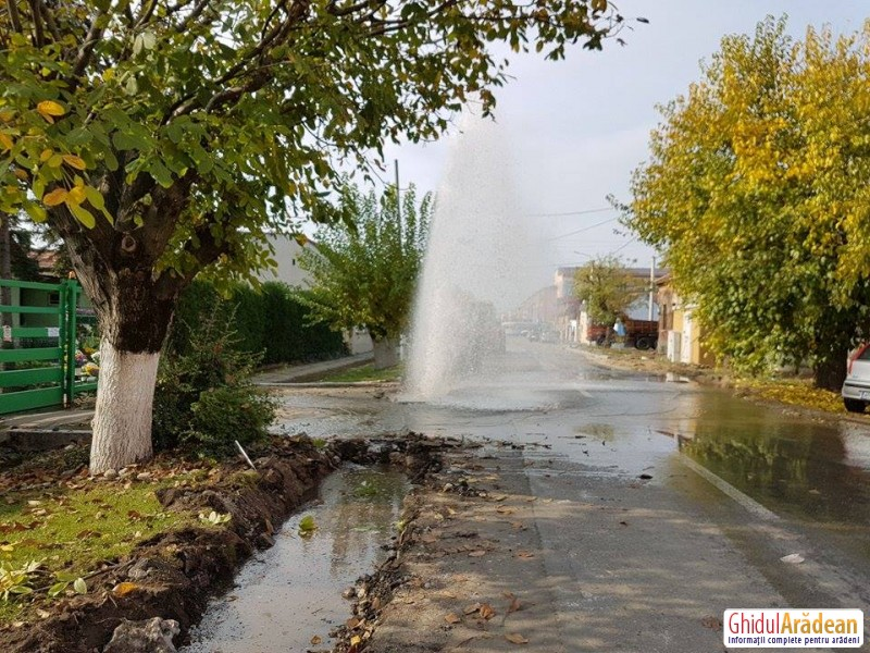 Inundaţie pe strada Liviu Rebreanu! Muncitorii care lucrează la drum au spart conducta de apă