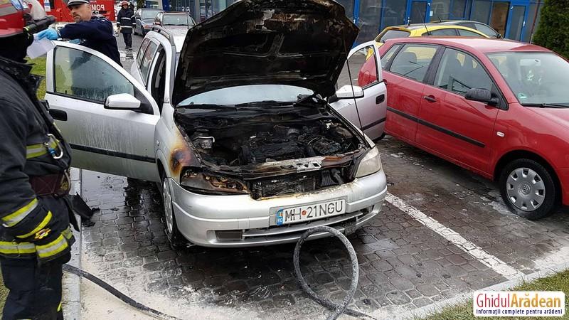 Panică la o benzinărie din Arad! Un autoturism a luat foc în parcarea acesteia!