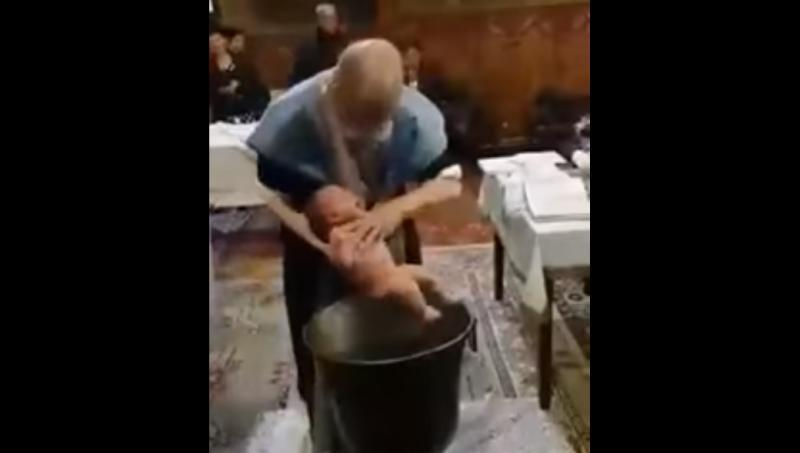 Imagini revoltătoare: Un preot nervos a bruscat doi bebeluşi în timpul botezului