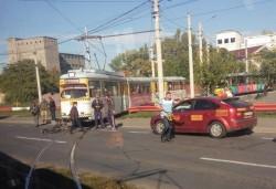 Biciclist lovit de tramvai în cartierul Aurel Vlaicu