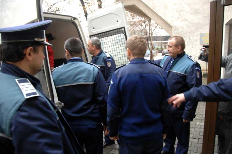 Două persoane date în urmărire în România şi Italia, depistate la Arad