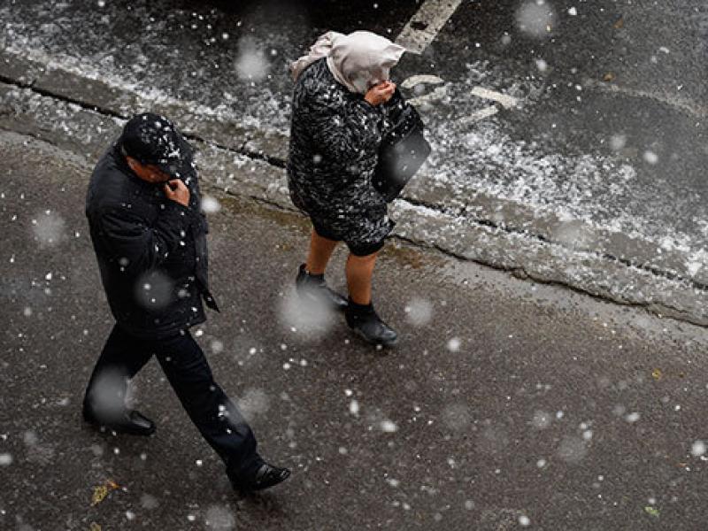 Vin ploile și ninsorile. AFLĂ de când se schimbă vremea