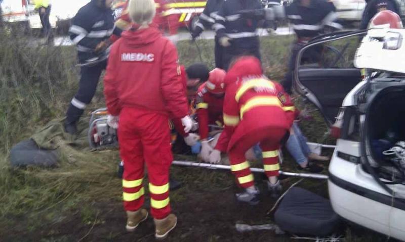 Autoturism șifonat rău după ce a lovit o căprioară. Trei persoane au fost rănite grav