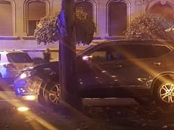 Cu SUV-ul în copac pe Bulevardul Revoluţiei