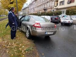 Accident rutier pe Bulevardul Revoluţiei! Un şofer a întrat cu maşina în stâlp, încercând să evite impactul cu un alt autovehicul
