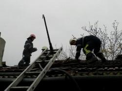 Intervenţie cu două echipaje ale ISU Arad la o casă din Grădişte pentru stingerea unui incendiu